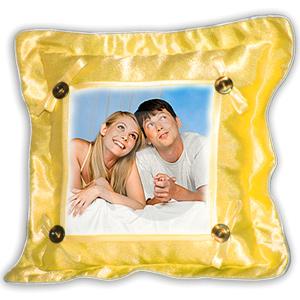 трахается с подушкой на подушке привязан страпорт